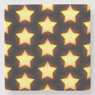 Gula stjärnor som är ljusa och glöder i natten underlägg sten