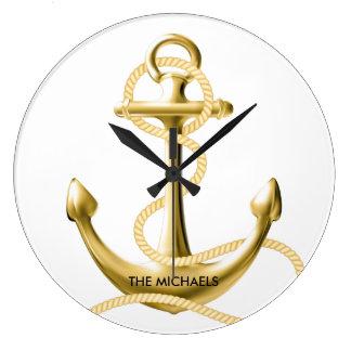 Guld ankrar den nautiska väggen tar tid på stor rund klocka