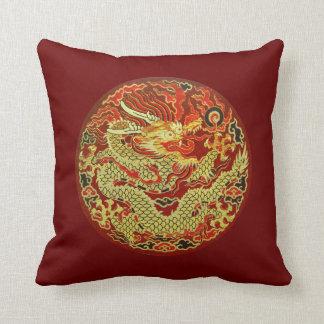 Guld- asiatisk drake som broderas på röd mörk - kudde