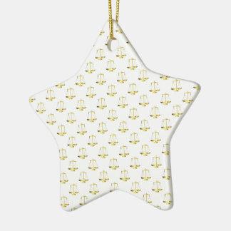 Guld- fjäll av rättvisa på vitrepetitionmönster julgransprydnad keramik