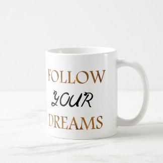 Guld följer drömcitationsteckentypografi kaffemugg