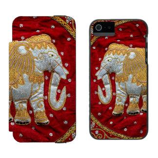 Guld- förskönad indisk elefant som är röd och