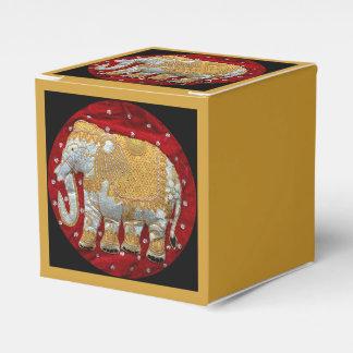 Guld- förskönad indisk elefant som är röd och presentaskar