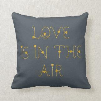 Guld- Glitter-Kärlek är i lufttextdesignen Prydnadskudde