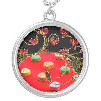 Guld- godis- & glittervalentinhjärtor virvlar runt silverpläterat halsband