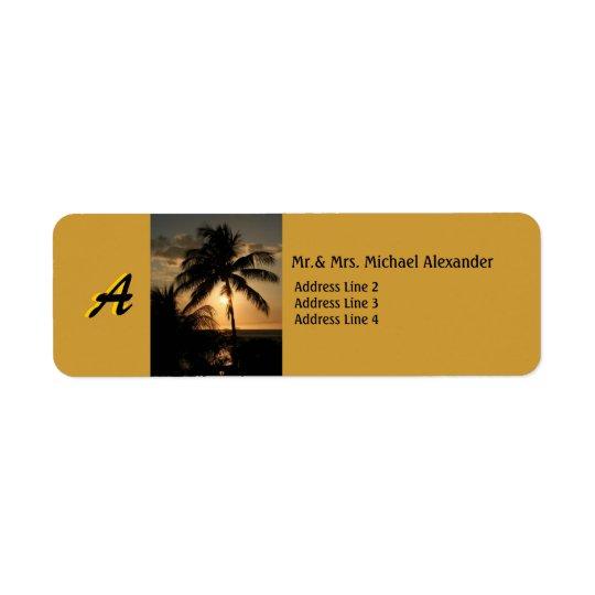Guld- kustensolnedgångpalmträd med monogramen returadress etikett