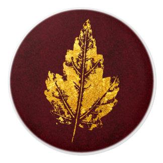Guld- löv på Burgundy - kabinett knopp