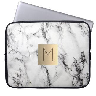 guld- monogram på marmor laptop sleeve