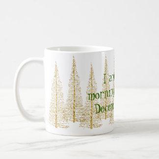 Guld- mugg för julgranmorgonperson kaffemugg