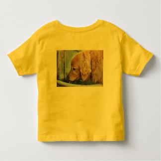 guld- retriever som dricker från den utomhus- t-shirts
