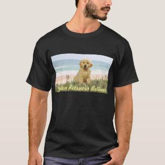 Guld- Retrievervalp på strandT-tröja T-shirts