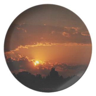 Guld- strålar för solnedgång tallrik