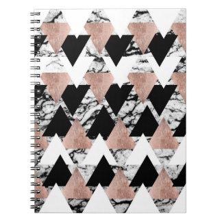 Guld- trianglar för modern svart vit ros på marmor anteckningsbok med spiral