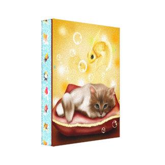 Guldfiskramen med den fluffiga sömniga kattungen canvastryck