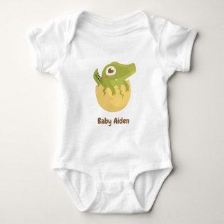 Gullig alligator kläckt äggpojkeutslagsplats tee shirts