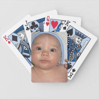 Gullig baby som ha på sig den Hooded handduken Spelkort