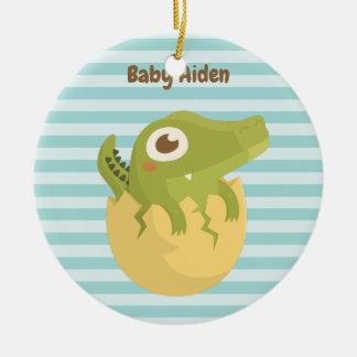 Gullig babyalligator i äggpersonligprydnad julgransprydnad keramik