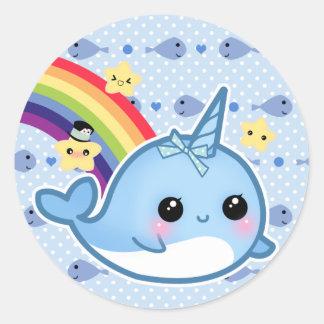 Gullig bebis som är narwhal med regnbågen och runt klistermärke