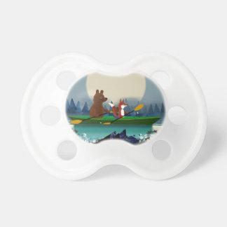 Gullig björn och räv som kayaking på en napp