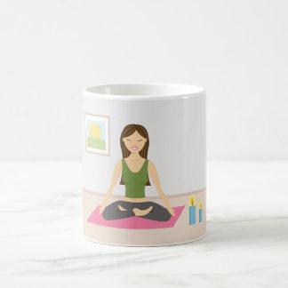 Gullig flicka som gör Yoga i ett nätt rum Kaffemugg