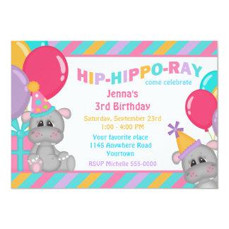 Gullig flodhäst med närvarande födelsedag 12,7 x 17,8 cm inbjudningskort