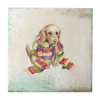 Gullig inhemsk hund- hund med en scarf. liten kakelplatta