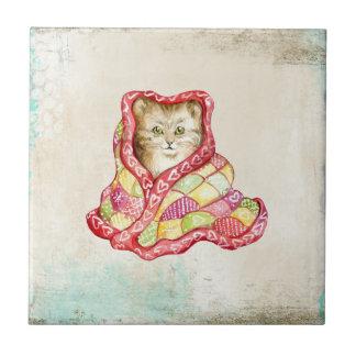 Gullig inhemsk kattunge med en röd förtjusande liten kakelplatta