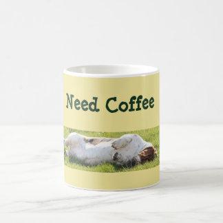 Gullig kaffemugg w/Funny som sovar Bassethund