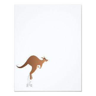 Gullig känguru med bebiset i påse 10,8 x 14 cm inbjudningskort