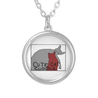 Gullig kattomfamning halsband med rund hängsmycke
