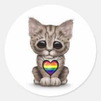 Gullig kattunge med regnbågegay pridehjärta, vit runt klistermärke