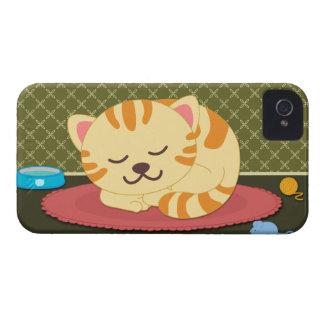 Gullig kattunge som sovar det roliga blackberry bo