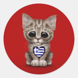 Gullig kattungekatt med grekisk flaggahjärta som ä runda klistermärken