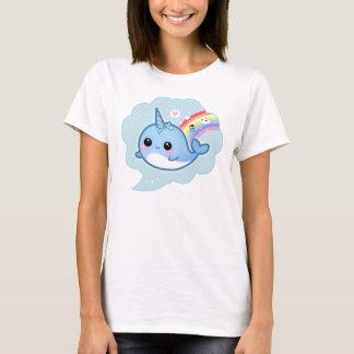 Gullig kawaiibebis som är narwhal med regnbågen t-shirt