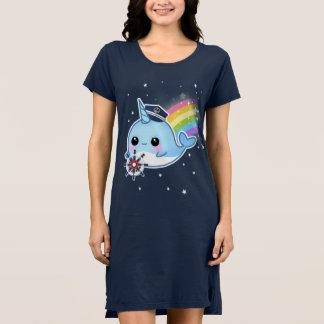 Gullig kawaiikapten som är narwhal med regnbågen tee shirt