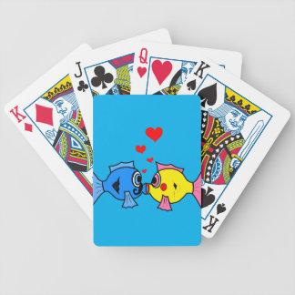 Gullig kyssande fisk som leker kort spelkort