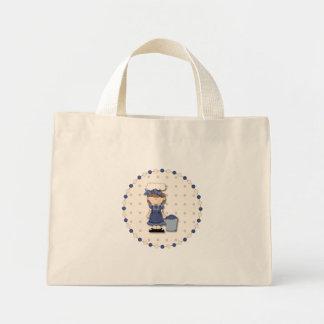 Gullig landflicka + ösregna fyllt med blåbär mini tygkasse