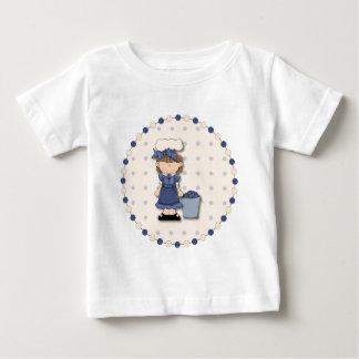 Gullig landflicka + ösregna fyllt med blåbär tee shirts