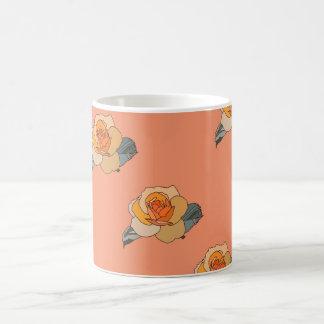 Gullig mång--färgad romugg på persikabakgrund vit mugg