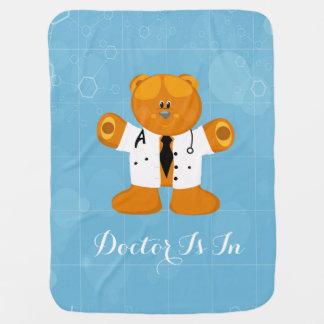 Gullig nalle i enhetliga doktorer bebisfilt