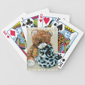 Gullig nalle och anka som leker kort spelkort