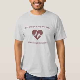 Gullig och kompetent sjuksköterska t shirt