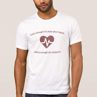 Gullig och kompetent sjuksköterska tee shirt