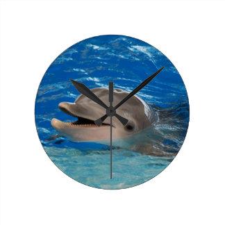 Gullig pladdrande delfin rund klocka