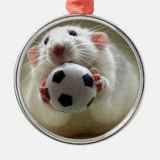 Gullig råtta som leker fotboll rund silverfärgad julgransprydnad
