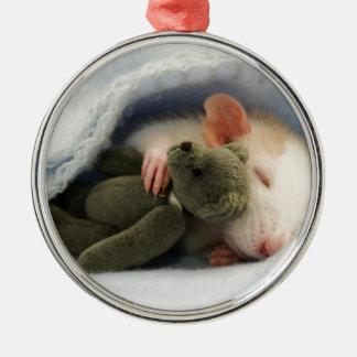 gullig råtta som sovar med nalle julgransprydnad metall