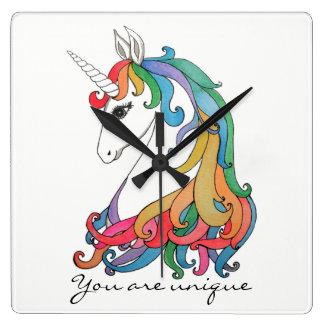 Gullig regnbågeunicorn för vattenfärg fyrkantig klocka