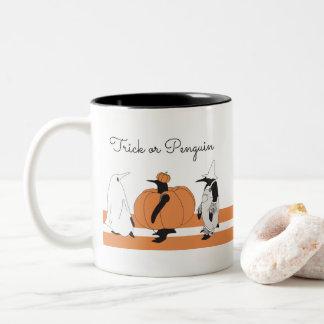 Gullig rolig pingvin Halloween Två-Tonad Mugg