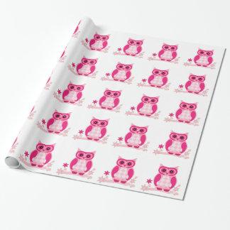 Gullig rosa uggla som slår in papper presentpapper