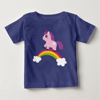 Gullig rosa Unicorn på en regnbåge T-shirt